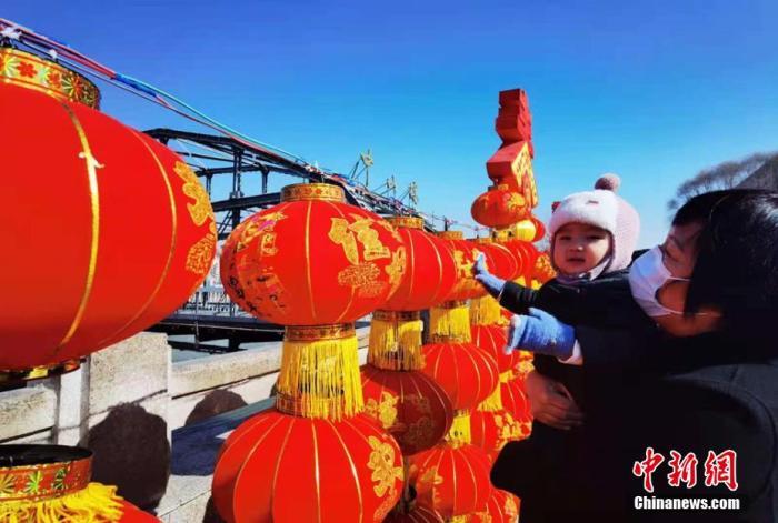 """写春联、包饺子、挂灯笼……中国各地""""原年人""""就地过年年味不减"""