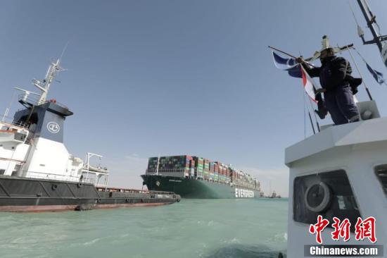 苏伊士运河搁浅货轮脱困 航道恢复通行
